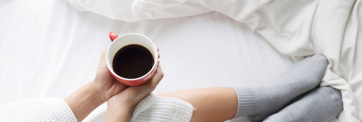 Vrouw_koffie_bed_badjas_lazy_sunday