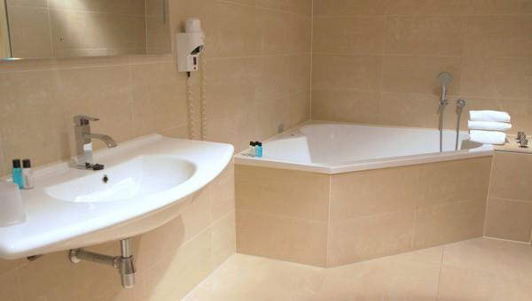 suite met bubbelbad | van der valk hotel hilversum - de witte bergen, Badkamer